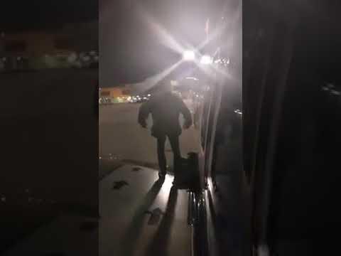 Passageiro tenta desembarcar pelo asa do avião após atraso no aeroporto