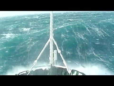 Un bateau remorqueur dans une tempête Force 12 ! Vague scélérate