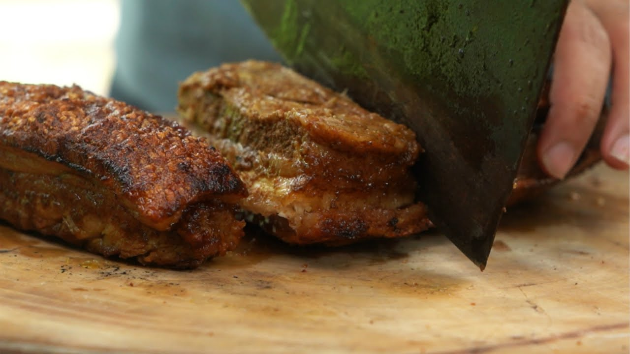 花200塊買的土豬肉,烤得皮脆肉香,一口下去滋滋流油,這脆皮烤肉太爽了!| Wild Cooking