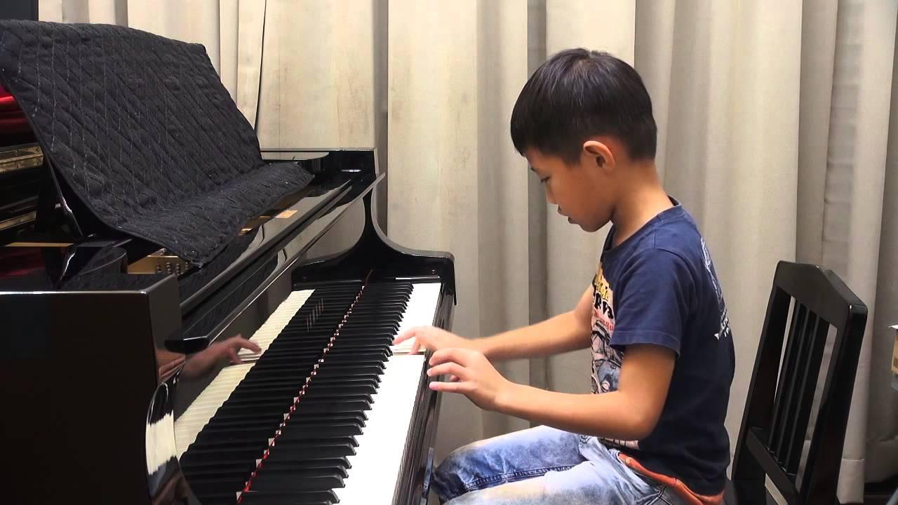 廖尹緁之子-均縢 (普霖斯頓小學) 2014/8/12 演奏: 彈奏斑鳩琴 - YouTube