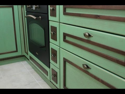Маленькая кухня в стиле Прованс фисташка, шоколад и золотая патина