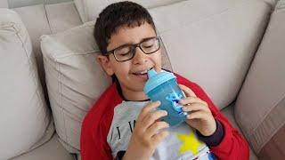 Biberonlu Çocuk Ağlıyor Abur Cubur Verince Gülüyor. Eğlenceli Çocuk Videosu