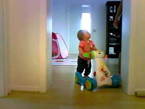 Lina läuft mit Lauflernhilfe (9 Monate)