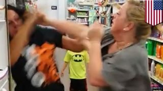 Cámara capta pelea de dos mujeres por razones desconocidas en un Walmart de Indiana
