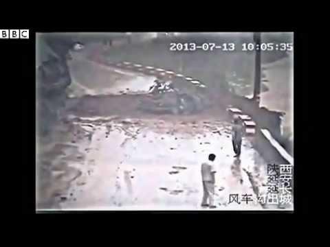 Un glissement de terrain sur une voiture
