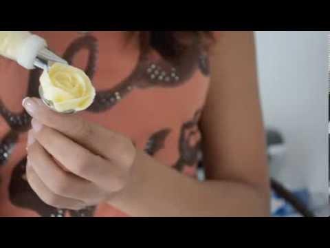 Le maquillage pour la jeune fille avec les taches de rousseur