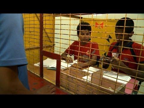 Un banco para niños de la calle - YouTube 93fd3ea289f98