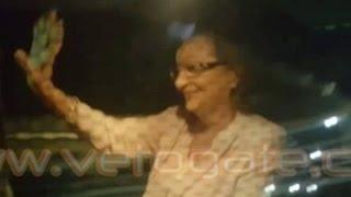 فيديو| سوزان مبارك تلوح لأنصار زوجها أمام المستشفى العسكري
