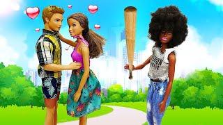 Что сБарби? Вруках куклы бита! Барби иТереза борются заКена! Голосуем: кому достанется Кен?