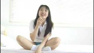 Es ist die lustige Geschichte vom uniformierten jungen Mädchen und ...