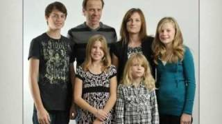 Portrait Studio Photography Lighting Tips - Better Group Shots(http://newportraitbiz.com/blog - This video explains Portrait Studio Photography Lighting Tips for Creating Professional Group Shots., 2010-11-17T02:25:17.000Z)