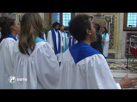 Coro entona canción de Navidad frente al Papa Francisco