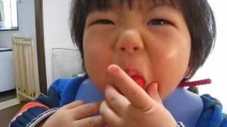 イチゴをほおばる Mouth full strawberry