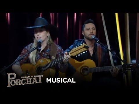 Bruna Viola canta sucesso no palco do Porchat