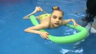 Лера Трунова. Урок плавания. Март 2014.