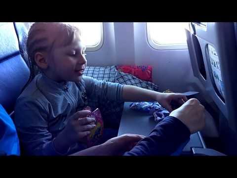 Летим 7 часов Распаковка игрушек для мальчиков и девочек Игры в самолете