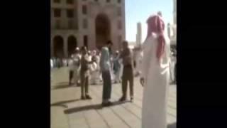 جلد رافضي يتبول في الحرم عند قبر عمر رضي الله عنه