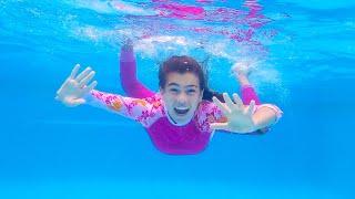 Mia, Nastya y Artem van a nadar en la piscina, cuentos infantiles