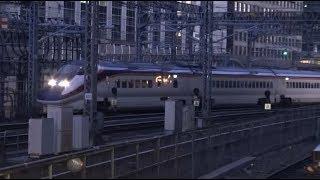 早朝の東海道新幹線ホームから見た東京駅に到着する山形新幹線つばさE3系の回送列車