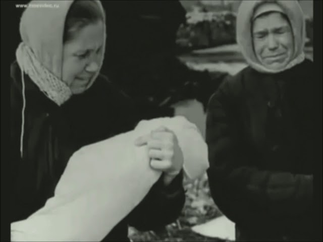 Изображение предпросмотра прочтения – ДаринаТёркина читает отрывок изпроизведения «Ленинградцы» В.В.Крылова