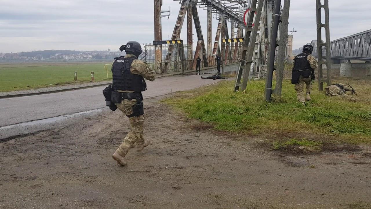 Antyterroryści, strażacy, policjanci, ratownicy i żołnierze ćwiczenia na moście na Wiśle
