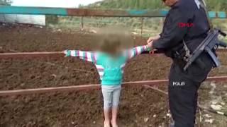 Suriyeli baba çocuklarını çite bağladı! 2 çocuğu polis kurtardı