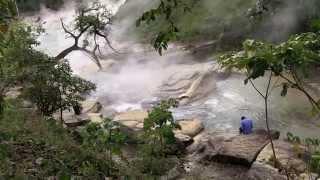 بالفيديو: نهر غامض يسلق الحيوانات حية في البيرو