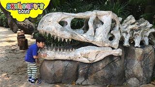 Silly Toddler in Jurassic Park - Universal Studios Theme Park Dinosaurs for kids Jurassic World