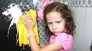 Valentina ajuda a mamãe! brincando com brinquedos de limpeza!