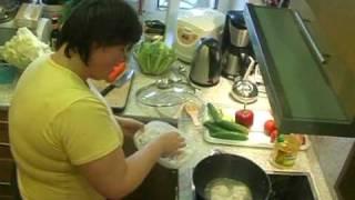 Кайлаш готовит блюда китайской кухни
