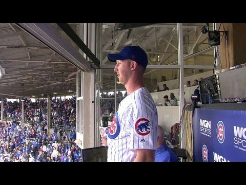 PIT@CHC: Glennon sings during the stretch at Wrigley