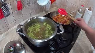 Суп  с  зеленого горошка с копчеными ребрышками .