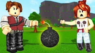 ROBLOX-RUN FROM PUMPS ft. CRIS MINEGIRL (Super Bomb Survival)