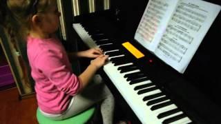девочка 5 лет играет на пианино украинскую мелодию