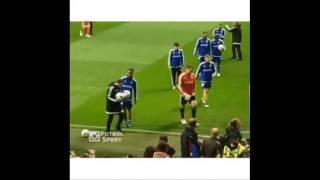 Ronaldinho xâu kim nhân viên nhặt bóng