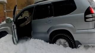 Toyota LandCruiser Prado 120 4л выезд с парковки через сугроб
