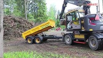 Pyöräalustaisen Volvo-kaivinkoneen ja Humus-peräkärryn yhdistelmä työmaalla