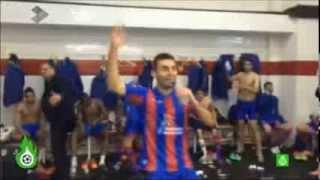El vestuario del Levante celebra la victoria ante el Sevilla. Barral cantando.