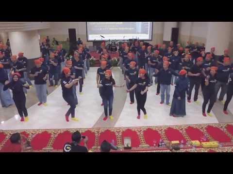 LTO 4 perform Hioko Tobelo dance
