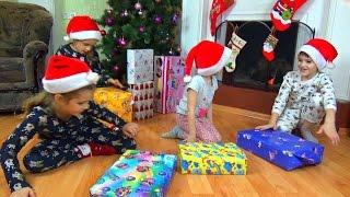 видео Какие игрушки подарить мальчику к Новому году 2017
