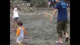 anak kecil ko maenya di pantai