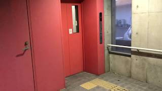 フォルテ地下横断歩道のピンクのエレベーター(南側)