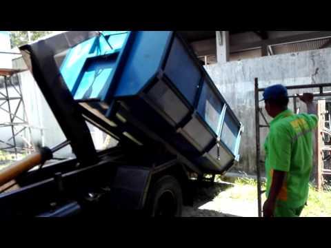Cara Menurunkan Bak Sampah Dari Truck