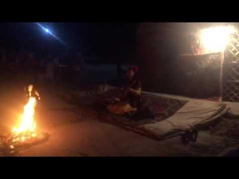 Abendliches Lagerfeuer in Jazliq mit ZEIT REISEN und China Tours