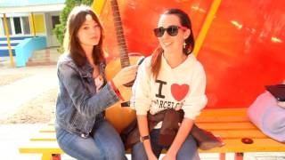Песни под гитару, интервью у оператора, обзор на любовь и дебют юных журналистов