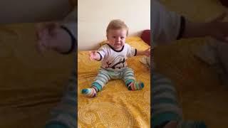 Erik dalı gevrektir oynayan çocuk