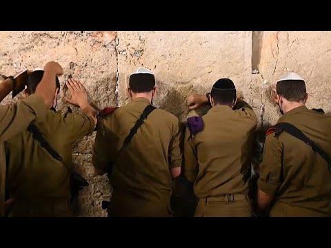 شاهد: آلاف اليهود يؤدون -صلاة التوبة- عند حائط البراق في مدينة القدس…