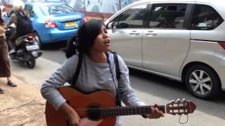 Pengamen Cwe polos dari kampung nyanyi lagu zombie