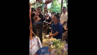알리바바 마윈회장 저렴한 음료에 작은 의자에 앉아 경청…