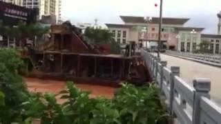 Boat crashes into bridge in typhoon waters (typhoon Haiyan 11/11/2013)